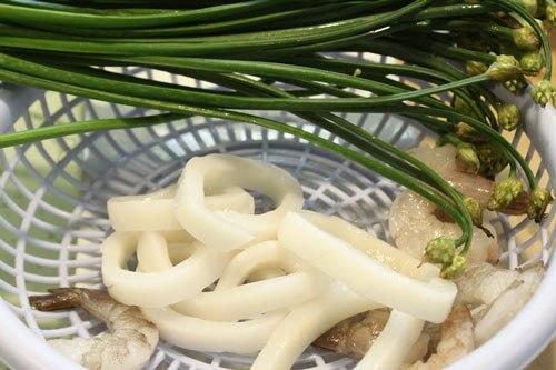 Nguyên liệu tươi ngon cho món mực và tôm xào bông hẹ