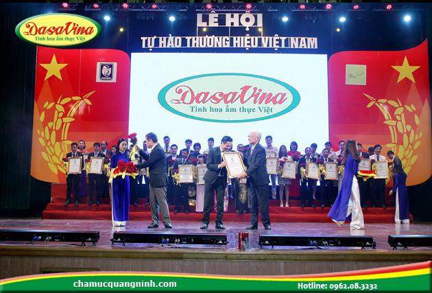 Ông Nguyễn Bá Toàn – giám đốc công ty Đặc Sản Việt Nam lên nhận giải