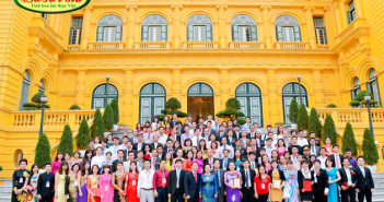 Lãnh đạo các doanh nghiệp xuất sắc 2015 chụp ảnh lưu niệm với phó chủ tịch nước Nguyễn Thị Doan tại Phủ Chủ Tịch
